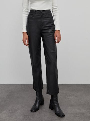 Pantalon 'Maria' EDITED en noir