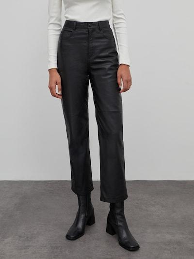 Pantaloni 'Maria' EDITED pe negru, Vizualizare model