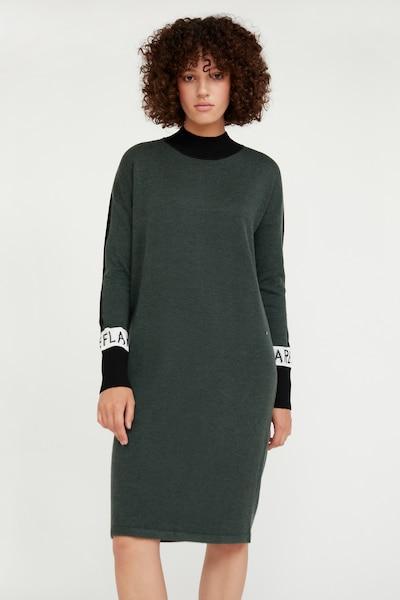 Finn Flare Strickkleid in dunkelgrün, Modelansicht