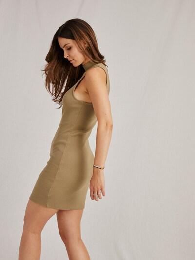 Rochie tricotat 'Hailey' A LOT LESS pe kaki, Vizualizare model
