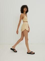 Žena v teplákových mini šortkách značky EDITED