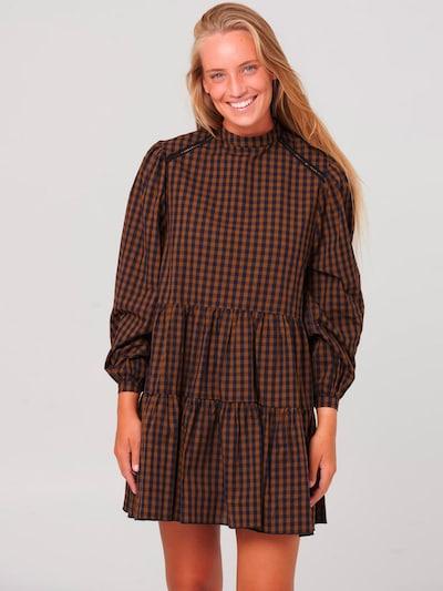Noella Kleid in dunkelblau / braun, Modelansicht