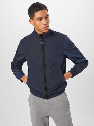 Calvin Klein Prehodna jakna   mornarska / črna barva: Frontalni pogled