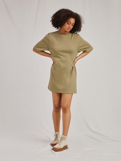 Rochie 'Izzie' A LOT LESS pe kaki, Vizualizare model