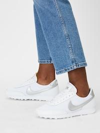 Baskets basses Nike Sportswear 'Daybreak' argentées et blanches