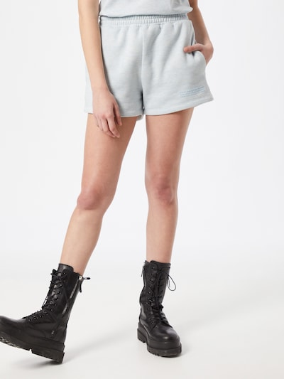 PARI Shorts in hellblau, Modelansicht