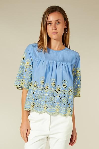 BLOOM Bluse mit Lochstickerei in azur / pastellblau / hellblau / mischfarben, Modelansicht