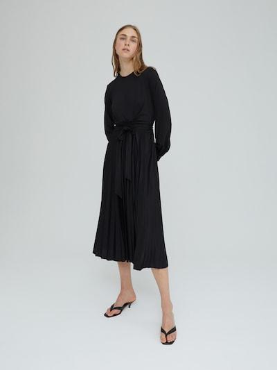 EDITED Šaty 'Ravena' - čierna, Model/-ka