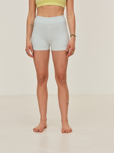 ABOUT YOU x Sofia Tsakiridou Shorts 'Flora' in hellblau, Modelansicht
