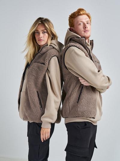 ABOUT YOU x Swalina&Linus Weste 'Yaren' in braun, Modelansicht