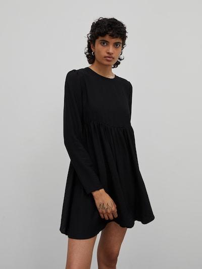 EDITED Robe 'Whitney' en noir, Vue avec modèle
