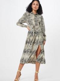 Žena v elegantných košeľových šatách so zvieracou potlačou