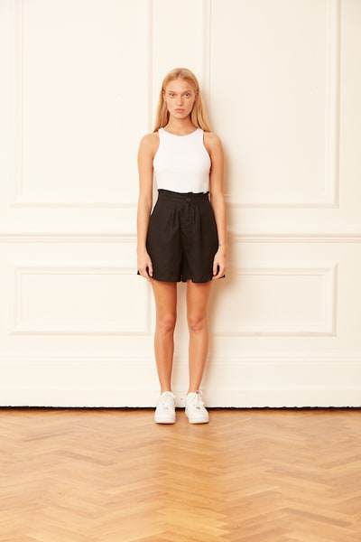 Aligne Shorts 'Carrie' in schwarz, Modelansicht