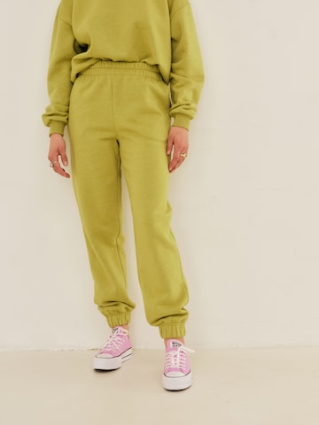 ABOUT YOU x Sofia Tsakiridou Püksid 'Yasmin', värv roheline