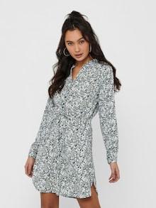 Vrouw in een gebloemde blousejurk
