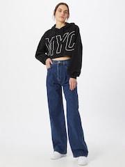 Eine Frau in einer lockeren Levi's Jeans