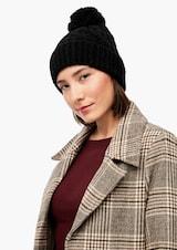 Žena v čiernej čiapke značky s.Oliver
