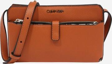 Calvin Klein Torba na ramię w kolorze brązowy