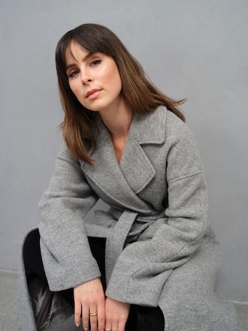 A LOT LESS Between-Seasons Coat 'Laila' in Grey