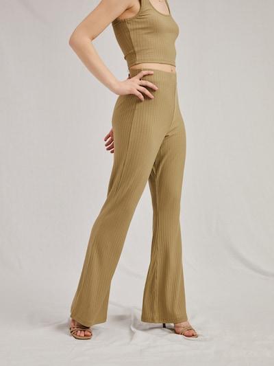 Pantaloni 'Bryna' A LOT LESS pe kaki, Vizualizare model
