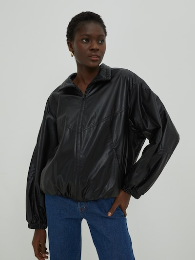 EDITED Prehodna jakna 'Kori' | črna barva, Prikaz modela