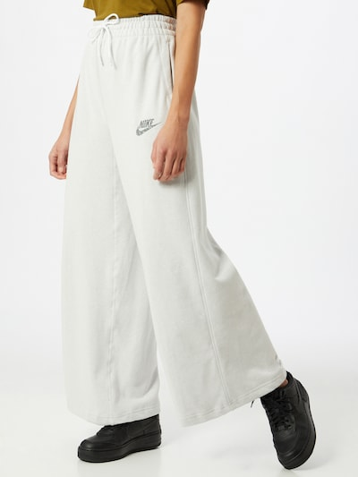 Nike Sportswear Sporthose in schwarz / weiß, Modelansicht