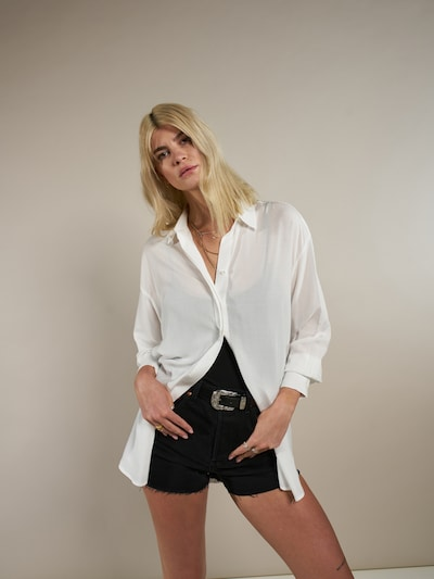 piszkosfehér ABOUT YOU x Laura Giurcanu Blúz 'Elaine', Modell nézet