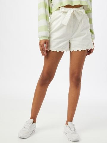 Pantaloni con pieghe di GLAMOROUS in bianco