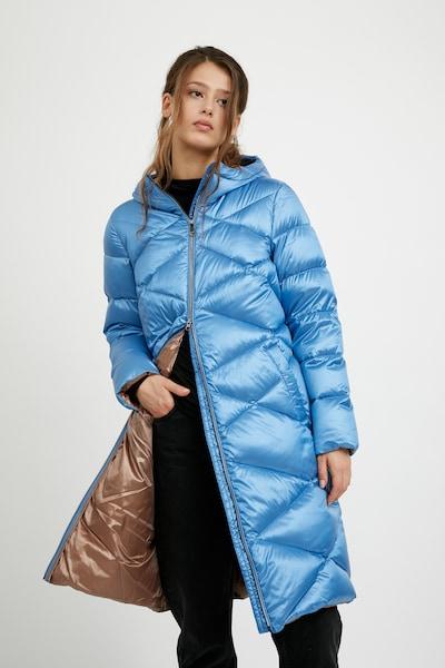 Finn Flare Steppmantel in hellblau, Modelansicht