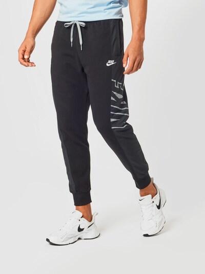 Pantaloni Nike Sportswear pe negru, Vizualizare model