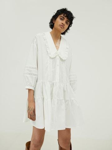 EDITED Košeľové šaty 'Galilea' - biela