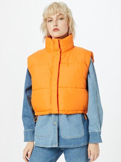 WEEKDAY Bodywarmer in de kleur Sinaasappel, Modelweergave