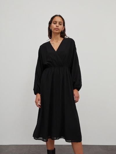 EDITED Jurk 'Adalee' in de kleur Zwart, Modelweergave