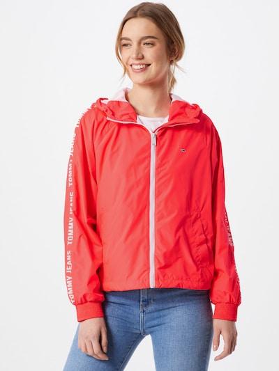 Tommy Jeans Chaqueta de entretiempo en rojo claro, Vista del modelo