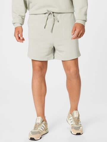 The Couture Club Püksid 'RELAXED FIT TRAVEL SHORT', värv roheline