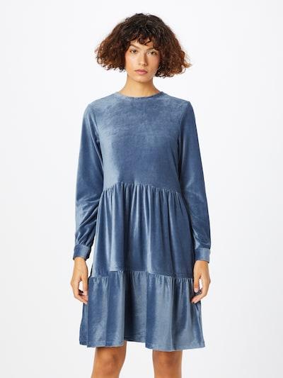 Stitch and Soul Kleid in rauchblau, Modelansicht