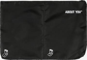 melns ABOUT YOU Apģērbu soma 'Icons'