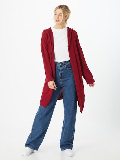 Mavi Strickjacke in rot, Modelansicht