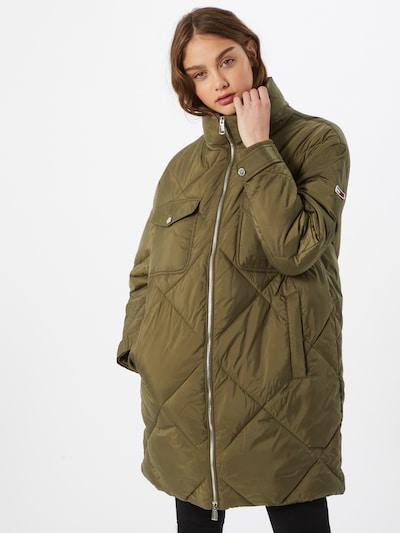 Tommy Jeans Manteau d'hiver 'Diamond' en olive, Vue avec modèle