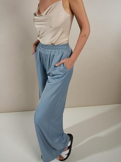 ABOUT YOU x Laura Giurcanu Spodnie 'Melis' w kolorze jasnoniebieskim, Podgląd na modelu(-ce)