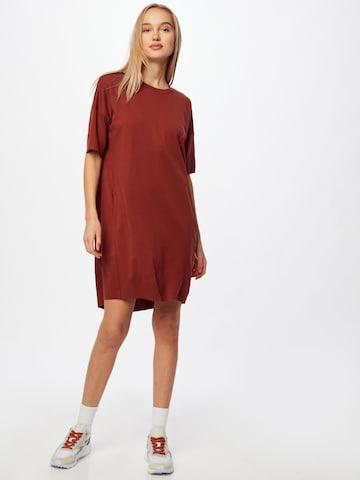 Rochie 'Regitza' de la minimum pe roșu