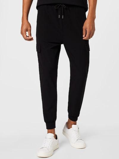 JUST JUNKIES Pantalon cargo 'Oliver' en noir, Vue avec modèle