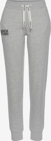 BENCH Sportbyxa i grå