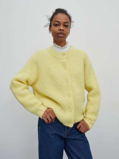 EDITED Cardigan 'Thassia' in gelb, Modelansicht