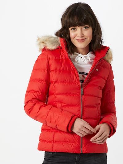 Geacă de iarnă Tommy Jeans pe roșu, Vizualizare model