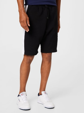Pantaloni de la Lyle & Scott pe negru