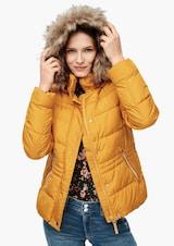 Žena v horčicovej zimnej bunde s kožušinovým lemom od značky QS