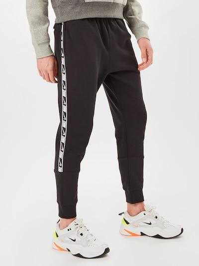 Pantaloni 'Repeat' Nike Sportswear pe gri / negru / alb, Vizualizare model