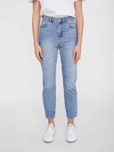 Noisy may Mom Jeans 'Isabel' in blue denim, Modelansicht