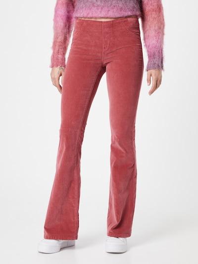 Free People Hose en rouge pastel, Vue avec modèle